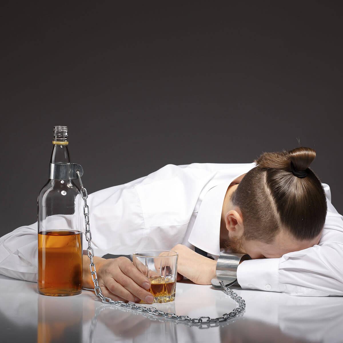 hombre con botellas de alcohol